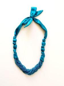 Ожерелье из бисера и атласной ленты