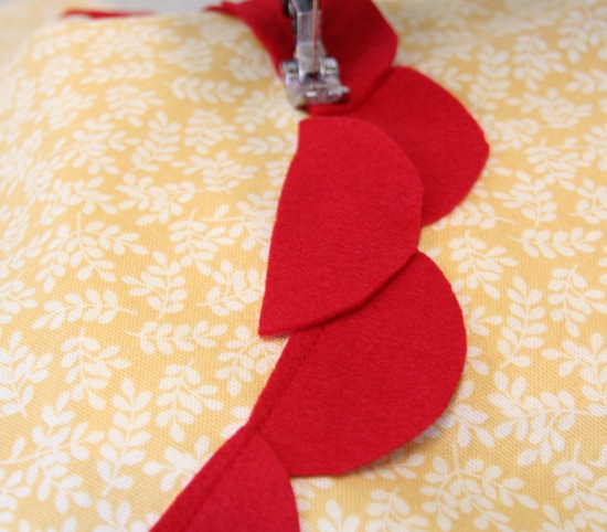 Декоративная подушка с цветком своими руками (10)