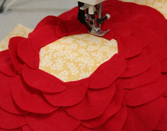 Декоративная подушка с цветком своими руками (12)