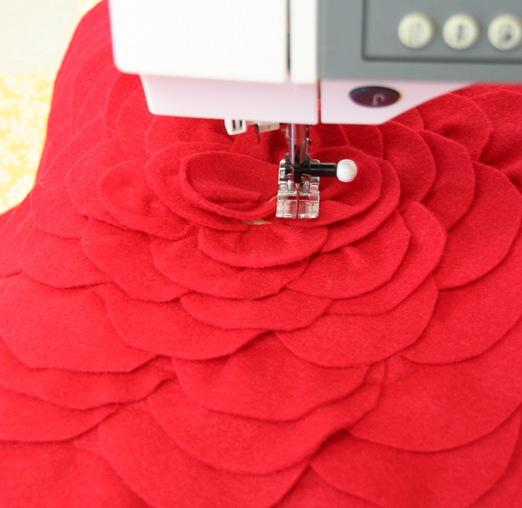 Декоративная подушка с цветком своими руками (13)