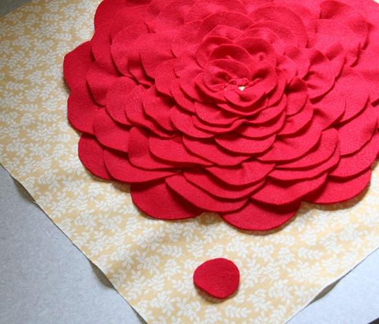 Декоративная подушка с цветком своими руками (14)
