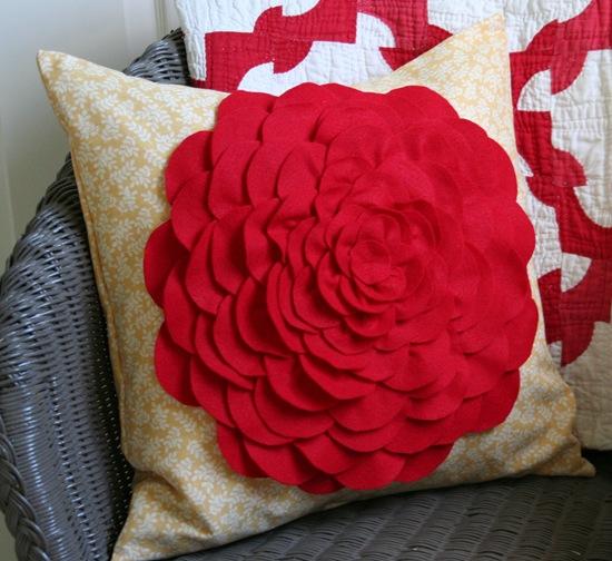 Декоративная подушка с цветком своими руками (19)
