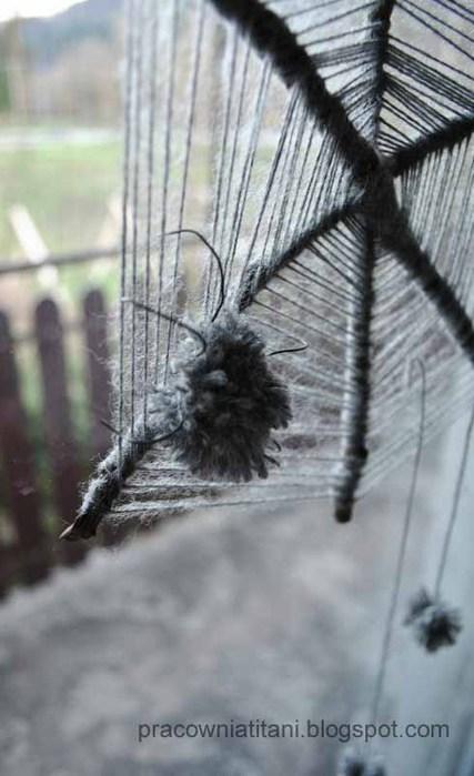 Декоративная паутина из веток и помпонов (4)