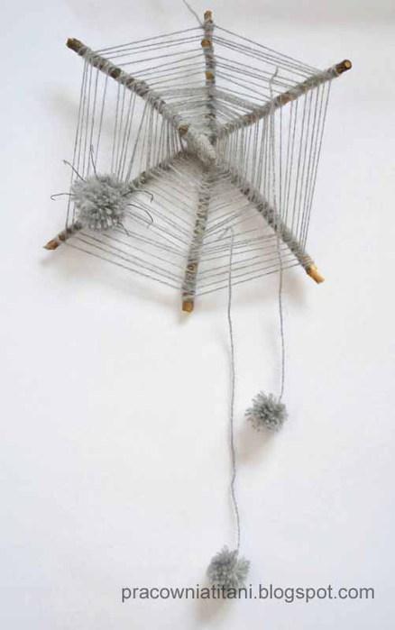 Декоративная паутина из веток и помпонов (8)
