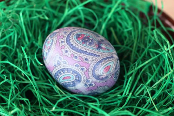покрасить яйца при помощи шелкового галстука