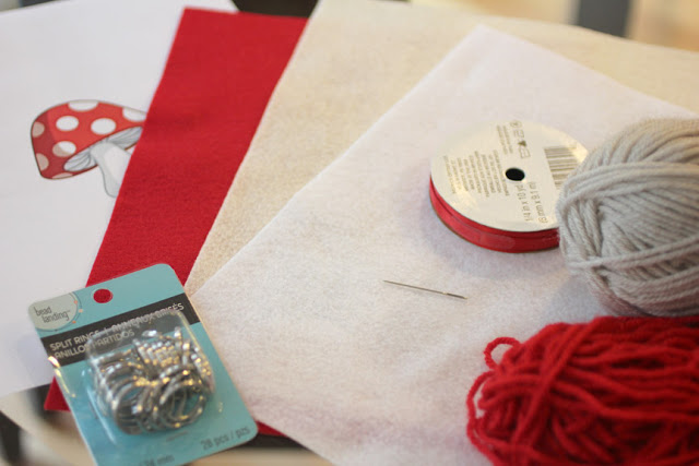 Все, что вам необходимо для изготовления брелков- фетр, нитки, игла и выкройка
