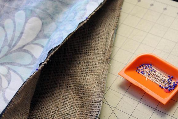 Выверните подкладку и мешковину наизнанку и совместите лицевые стороны тканей.