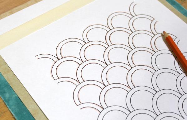 Используйте копировальную бумагу, чтобы перевести рисунок на ткань