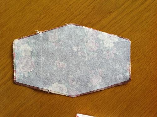 Вырежьте выкройку из флизелина – немного меньше, чем основная