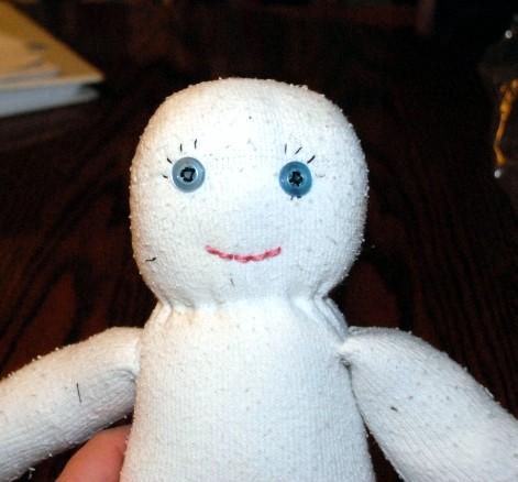 """Чтобы """"сделать"""" кукле лицо, используйте бусины, пуговицы, нитки,   фломастеры"""