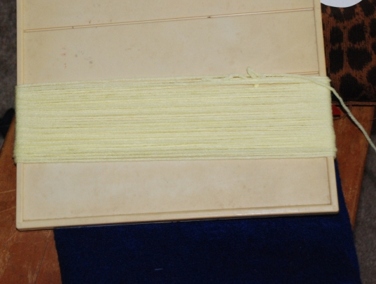 Вам понадобится картон длиной 30 см - сделайте вокруг него около 30 оборотов шерстяной нитью