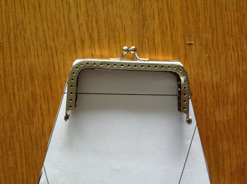 Разместите рамку-застежку на выкройке