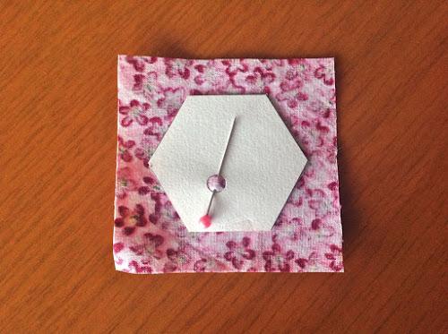 Скрепите портновской булавкой шаблон и ткань