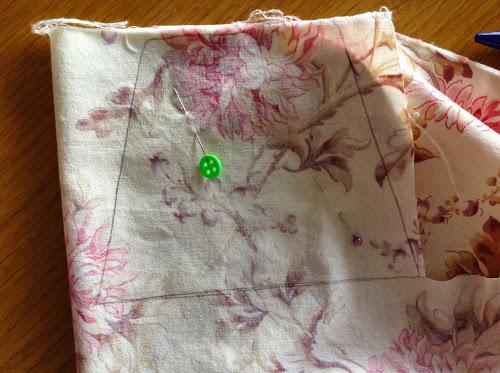 Ткань для подкладки сверните в два раза и обведите выкройку