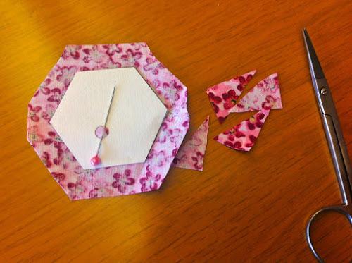 Обрежьте ткань, придав ей форму шестигранника