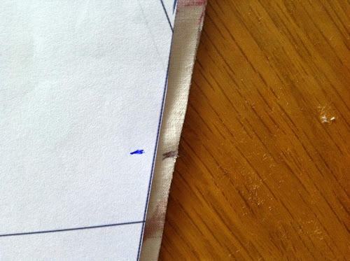 На ткани отметьте место расположения шарнира рамки-застежки
