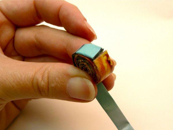 Вы можете сделать улитку из двух и более разноцветных полос, плотно соединив их между собой и продолжая наматывать