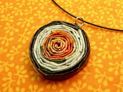 Проденьте через отверстие булавки специальное металлическое кольцо, шнурок или цепочку - и можно надевать!