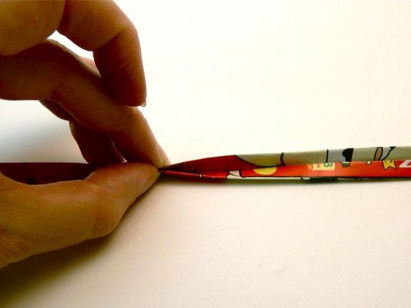"""Смажьте внутреннюю часть клеем и прогладьте ногтем или косточкой, чтобы обе половины полоски """"схватились"""" между собой."""