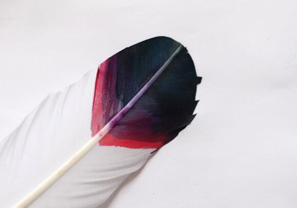 краски красиво растекались по перышку