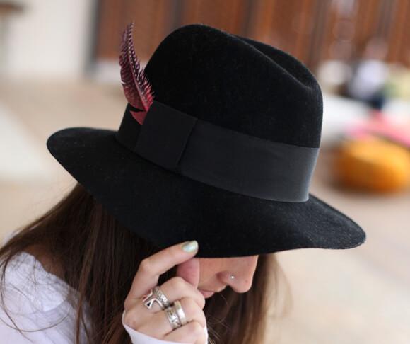 прикрепить окрашенные перья к шляпе