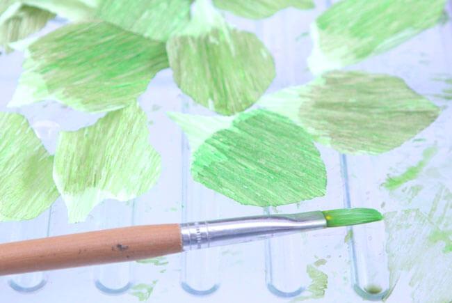 окрашиваем бумажные листья
