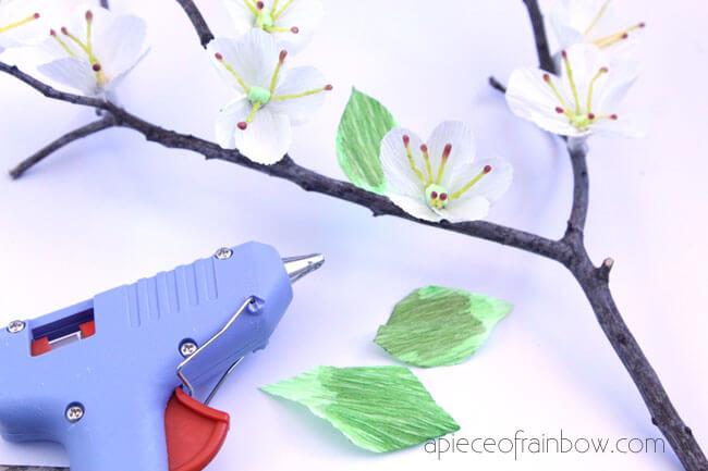 приклеиваем листики горячим клеем к вишневой ветке
