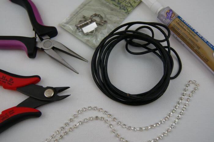 Необходимые инструменты и материалы, для приготовления кожаного браслета с горным хрусталем.