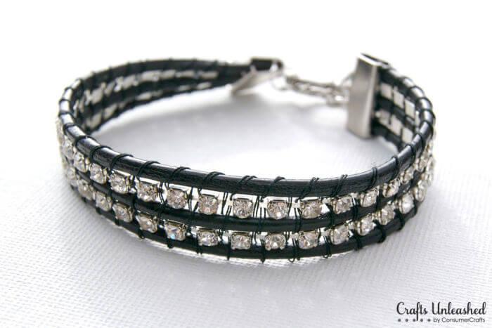 Готовое ожерелье из черной кожаной нити и горного хрусталя.
