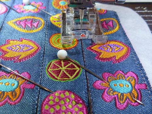 Ленты, закрепленные булавками на подкладочной ткани.