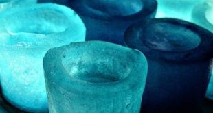 Ледяные стаканы и кубики льда