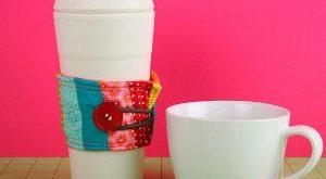 Уютный радужный жакет для стакана кофе