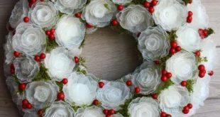 Цветочный венок из пластиковых яичных лотков